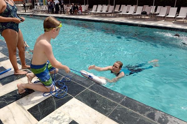 Княгиня Шарлен устроила мастер-класс по плаванью
