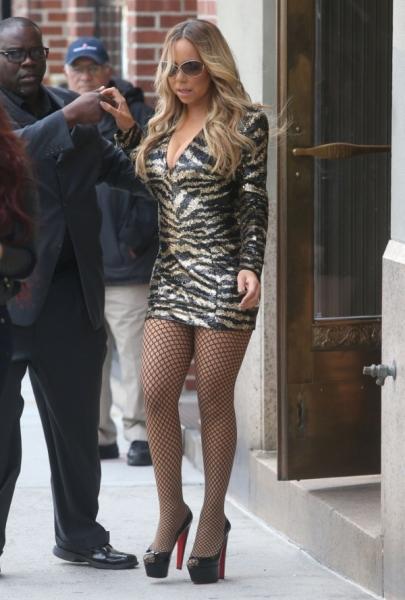 Мэрайя Кэри в платье женщины легкого поведения навернулась на высоком каблуке