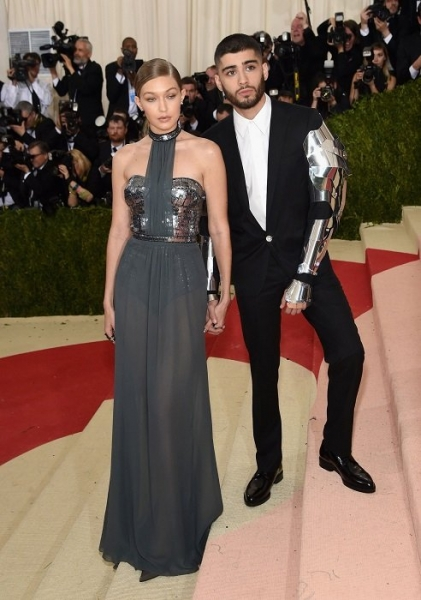 Джиджи Хадид выбрала прекрасное платье в серых тонах