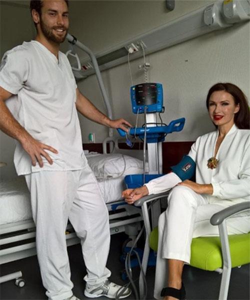 Эвелина Бледанс проходит курс лечения за границей