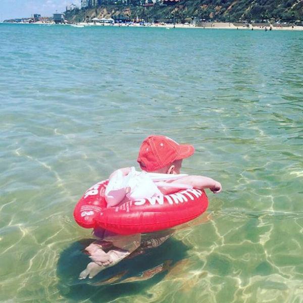 Анастасия Винокур учит плавать пятимесячного сына