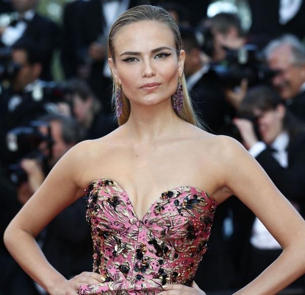 Наташа Поли явилась в длинном платье на Каннском фестивале