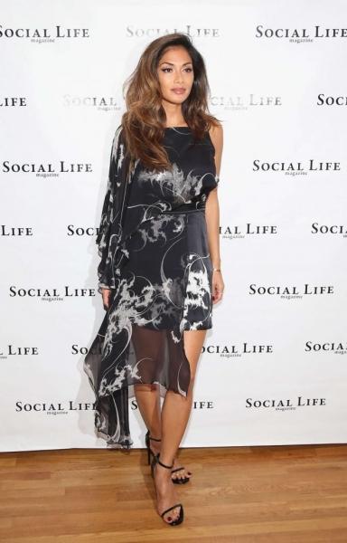 Николь Шерзингер прибыла на Social life Magazine в интересном платье