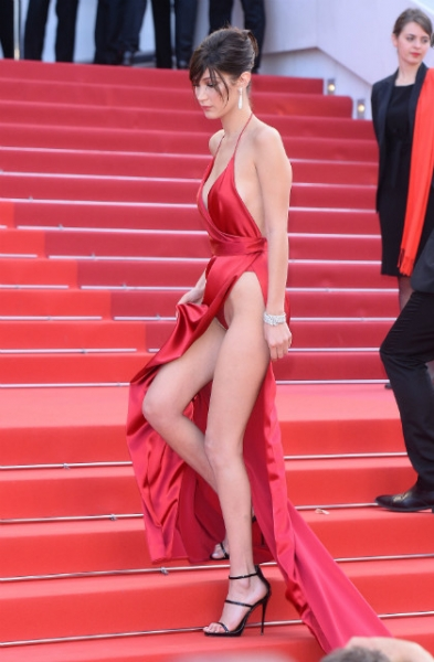 Модель Белла Хадид сверкнула нижним бельем в Каннах