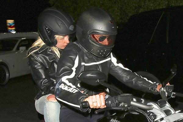Леди Гага и Брэдли Купер вместе приехали на мотоцикле на ужин