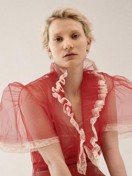 Миа Васиковска снялась в необыкновенной фотосессии без макияжа