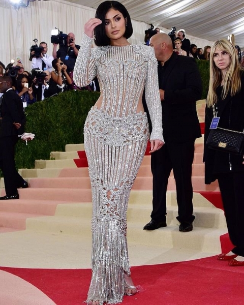 Кайли Дженнер прибыла на светское мероприятие в роскошном наряде