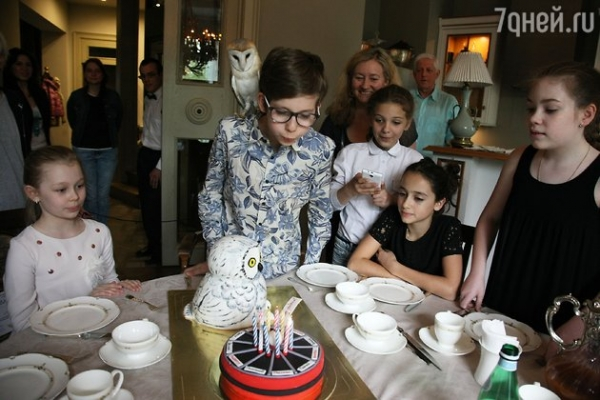Алла Сурикова преподнесла внуку живую сову