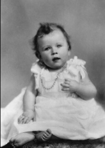 В Сеть попали детские фотографии Елизаветы ІІ