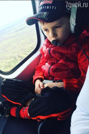 Дмитрий и Полина Дибровы прокатили сына на вертолете