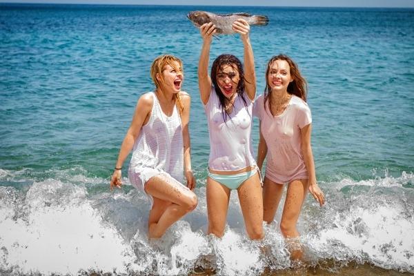 Группа SEREBRO устроила жаркую фотосессию на Кипре