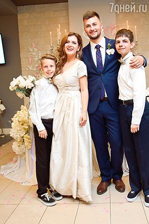Анастасия Денисова отправляется в свадебное путешествие