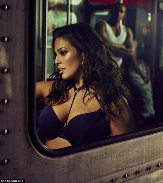 Эшли Грем позирует в метро в нижнем белье