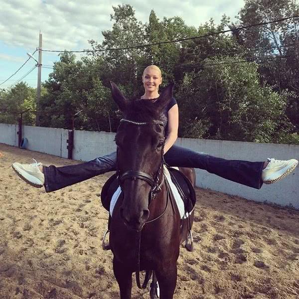 Анастасия Волочкова оседлала коня и внедорожник