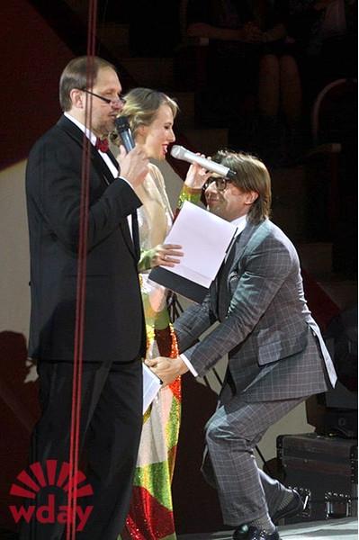 Андрей Малахов поцеловал Собчак в беременный животик