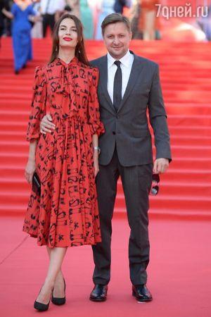 Срочно: Марат Башаров появился с беременной невестой на звездной дорожке ММКФ