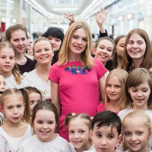 Наталья Водянова и Валентин Юдашкин помогут детям