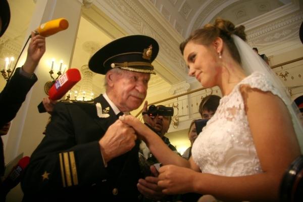 Молодая жена Ивана Краско отрывается в Греции без него