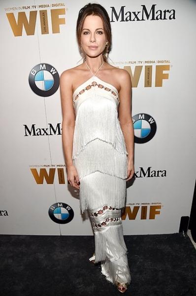 Кейт Бекинсейл в стильном платье с бахромой на WIF