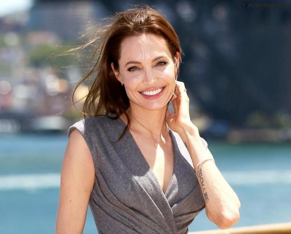 Анджелина Джоли в сером костюме на выступлении в Госдепе США
