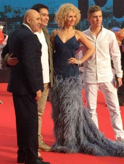 Валерия и Юлия Барановская появились на премии в одинаковых нарядах