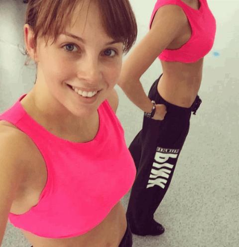 Полина Диброва похвасталась осиной талией