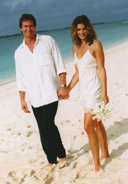 Синди Кроуфорд отметила 18-ю годовщину свадьбы в джинсах