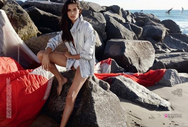 Сара Сампайо прыгает с парашютом на страницах Glamour