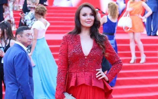 Оксана Федорова позировала на красной дорожке ММКФ в платье собственной марки
