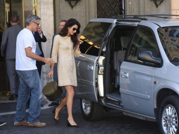 Амаль Аламуддин выбирает для поездок свободные платья
