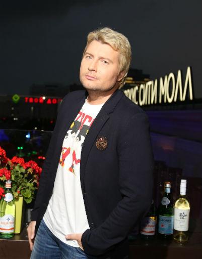 Григорий Лепс устроил жаркую вечеринку у бассейна