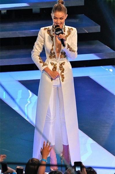 Джиджи Хадид сменила три брючных костюма на музыкальной премии