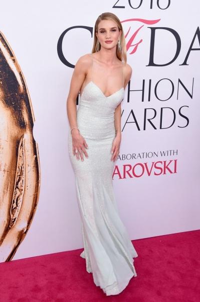 Рози Хантингтон-Уайтли показала идеальную фигуру в облегающем платье