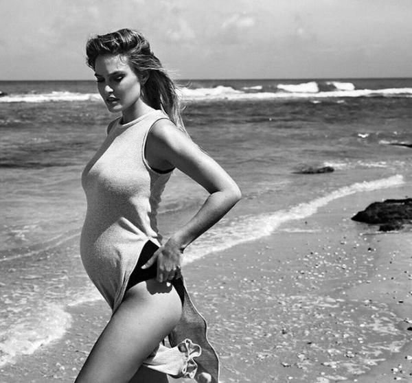 Беременная Бар Рафаэли показала фото в бикини