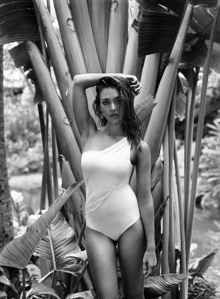 Джессика Альба соблазнительно позирует для InStyle Magazine