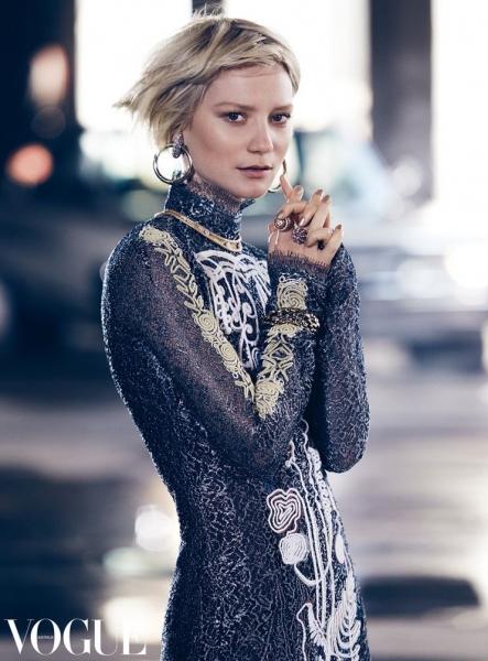 Миа Васиковска в шикарных вечерних нарядах на страницах Vogue