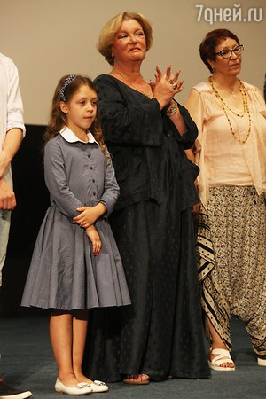 Веру Глаголеву приглашает на премьеры 9-летняя внучка