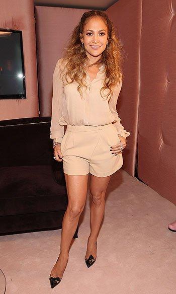 Дженнифер Лопес не стесняется ходить  в кротких шортах
