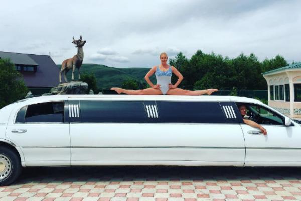 Анастасия Волочкова села на шпагат на крыше лимузина