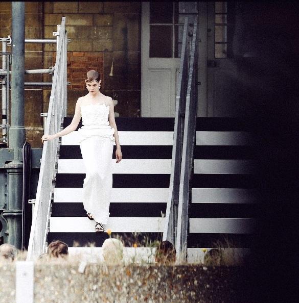 Наталья Водянова дефилирует на показе Givenchy спустя три недели после родов