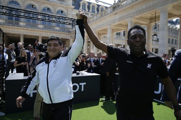Пеле и Марадона вновь вышли на футбольное поле