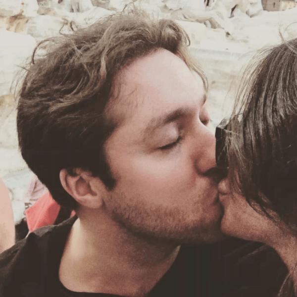 Алекса публично одарила любимого страстным поцелуем