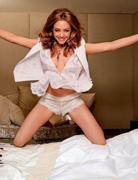 Аманда Сейфрид в пижамной фотосессии для Elle