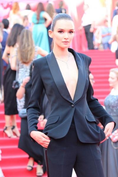 Паулина Андреева в откровенном костюме на открытии ММКФ