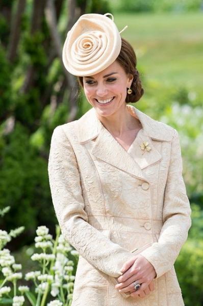 Кейт Миддлтон пришла вечеринку в шляпке-розе