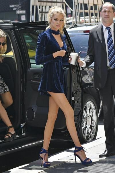 Стелла Максвелл прогулялась по Нью-Йорку в эффектном бархатном наряде
