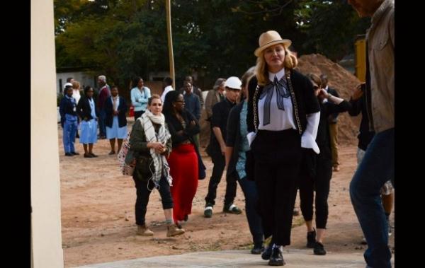 Мадонна контролирует строительство медицинского центра в Малави