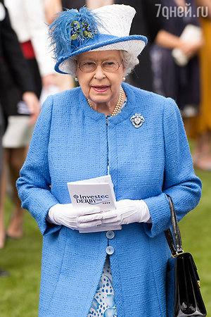 Королева объявила конкурс на место посудомойки во дворце