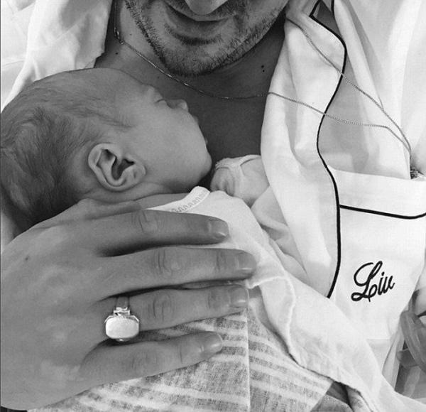 Лив Тайлер снова стала мамой и показала первый снимок малышки