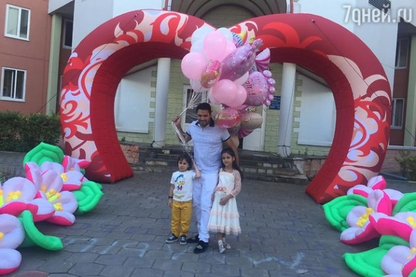 Солист группы «Корни» забрал дочерей из роддома